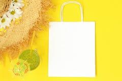 Mockup papieru pakunek z słomianym kapeluszem i koktajlem obrazy royalty free