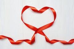Mockup serce czerwona taśma na białym drewnianym tle Karciany miłości walentynki ` s dzień Mieszkanie nieatutowy, odgórny widok z Obraz Stock
