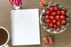 Mockup z pustym notepad, filiżanką kawy i tortem, mała rose bukiet Truskawkowa i czekoladowa frash piekarnia Obraz Stock