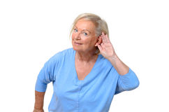 Mocno słuchać atrakcyjnej starszej kobiety zdjęcia royalty free