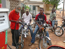 MOCUBA, MOÇAMBIQUE - 7 DE DEZEMBRO DE 2008: Posto de gasolina. Um grupo de un Fotografia de Stock Royalty Free