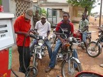 MOCUBA, MOZAMBIQUE - 7 DÉCEMBRE 2008 : Station service. Un groupe de l'ONU Photographie stock libre de droits