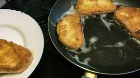 Moczący w jajecznych kawałkach biały chleb lub grzanka, smażący w niecce i obraca z rozwidleniem zbiory wideo