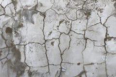 Moczę pękał szarej betonowej ściany abstrakcjonistycznego oryginalnego tło Zdjęcie Royalty Free