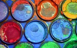 Moczę używał kolorową artystyczną paletę, artysty ` s jaskrawa kolorowa paleta, zakończenie up Obraz Royalty Free