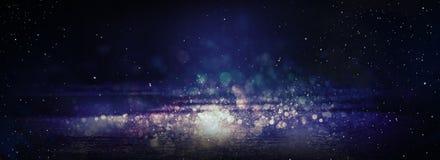 Moczy asfalt po deszczu, odbicie neonowi światła w kałużach Światła noc, neonowy miasto ciemne tła abstrakcyjne zdjęcie stock