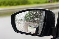 Moczy deszczem samochodowego lustro. Zdjęcie Royalty Free