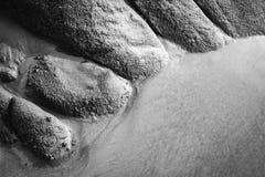 Moczy kamienie i piasek na plażowym tle Obrazy Stock