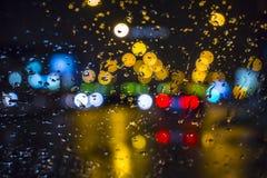 Moczy okno z tłem nocy miasta ruchu drogowego widok Zdjęcie Royalty Free