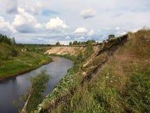 Moczy piaskowatego brzeg wijąca Lunda rzeka w republice Mari El obraz stock