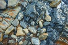 Moczy skały w morzu, pchającym fala Lato, Obraz Royalty Free
