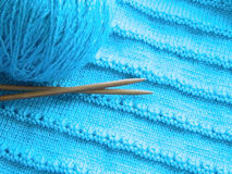 Modèle à jour avec des aiguilles de tricotage Image stock