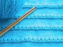 Modèle à jour avec des aiguilles de tricotage Photographie stock