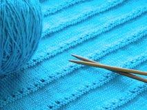 Modèle à jour avec des aiguilles de tricotage Images stock