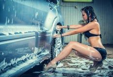 Modèle à la station de lavage dans le garage Photo libre de droits