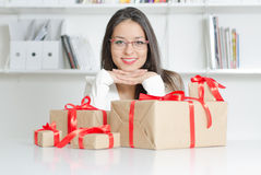 Modèle économique avec des cadeaux Images libres de droits