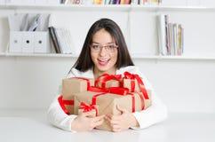 Modèle économique avec des cadeaux Photographie stock