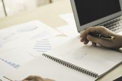 Modèle économique de mot d'écriture de main d'homme d'affaires sur le carnet avec p photographie stock