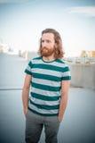 Modèle élégant de hippie avec le long mode de vie rouge de cheveux et de barbe photo stock