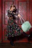 Modèle élégant de jeune femme de charme de regard de haute couture beau avec les lèvres rouges en tissu coloré lumineux de hippie photos stock