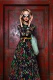 Modèle élégant de jeune femme de charme de regard de haute couture beau avec les lèvres rouges en tissu coloré lumineux de hippie images stock