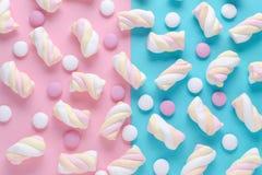 Modèle abstrait avec la guimauve et candys sur le rose et le fond bleu photo stock