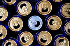 Modèle abstrait des boîtes en aluminium ouvertes, vue supérieure Une soude ou canette de bière blanche se tenant parmi les boîtes photographie stock libre de droits