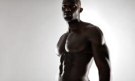 Modèle africain masculin sans chemise avec la construction musculaire photographie stock libre de droits