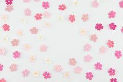 Modèle aléatoire rose de fleurs de papier de ton Photo libre de droits