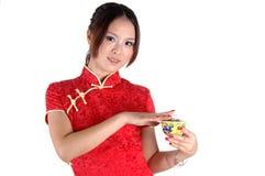 Modèle asiatique avec la cuvette de thé Photographie stock libre de droits