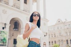 Modèle assez chaud de mulâtre dans les lunettes de soleil et le wh à la mode à la mode image stock