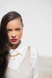 Modèle assez fascinant avec les lèvres rouges Photos stock