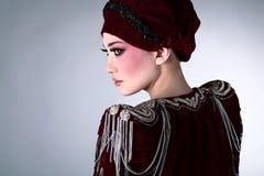 Modèle attrayant dans des vêtements exclusifs de conception Photo stock