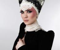 Modèle attrayant dans des vêtements exclusifs de conception Image libre de droits