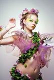 Modèle attrayant posant comme Madame de source. Images stock