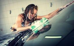 Modèle au lavage de voiture dans le garage Photos libres de droits