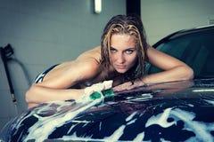 Modèle au lavage de voiture dans le garage Photo stock