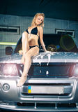 Modèle au lavage de voiture dans le garage. Photos libres de droits