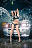 Modèle au lavage de voiture dans le garage. Photos stock