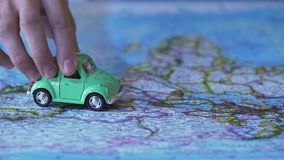 Modèle automatique vert écologique conduisant à travers l'Europe sur la carte du monde, voyage en la voiture banque de vidéos