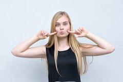modèle aux cheveux blonds ayant l'amusement image libre de droits