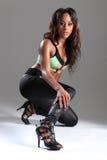 Modèle aux longues jambes sexy d'afro-américain dans des stylets Photographie stock libre de droits