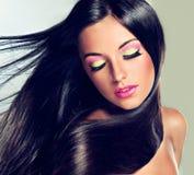 Modèle avec des cheveux de vol et le maquillage à la mode image stock