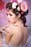 Modèle avec la conception florale rose Photos stock