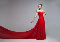 Modèle avec la jupe de vol de la robe rouge images libres de droits
