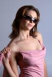 Modèle avec la robe et les lunettes de soleil roses photos stock