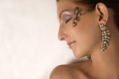 Modèle avec le bijou sur la vue de profil Image libre de droits