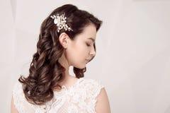 Modèle avec le maquillage et la coiffure parfaits de mode Photo libre de droits