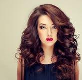 Modèle avec les cheveux denses et bouclés photographie stock libre de droits