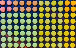 Modèle avec les macarons français colorés mignons à Paris Photographie stock libre de droits